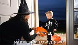 Маленькие дети, переодетые в костюмы для Хэллоуин, калидуют